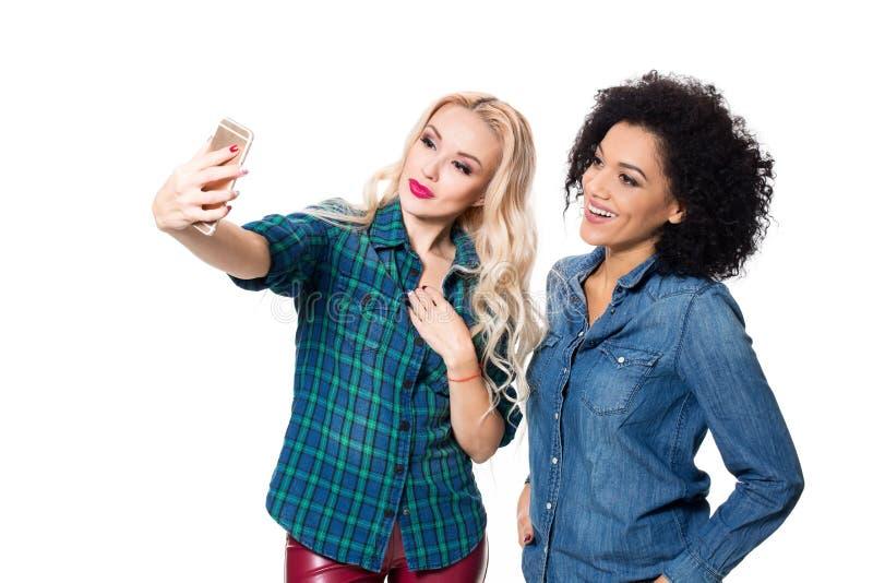 Zwei schöne Mädchen, die selfie machen stockbild
