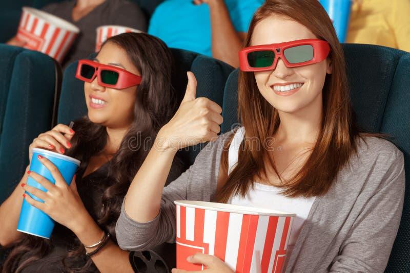 Zwei schöne Mädchen am Kino stockbild