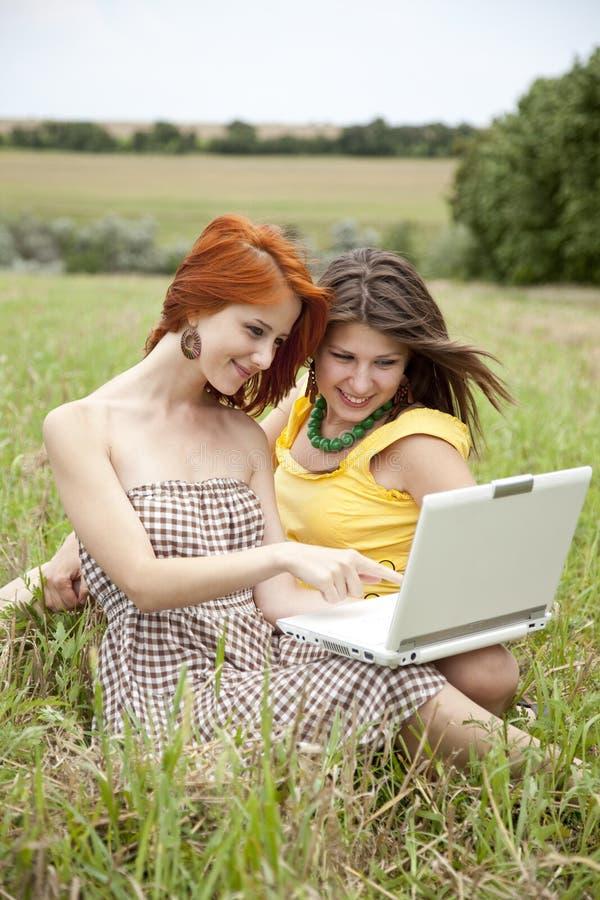 Zwei schöne Mädchen mit Notizbuch stockbilder