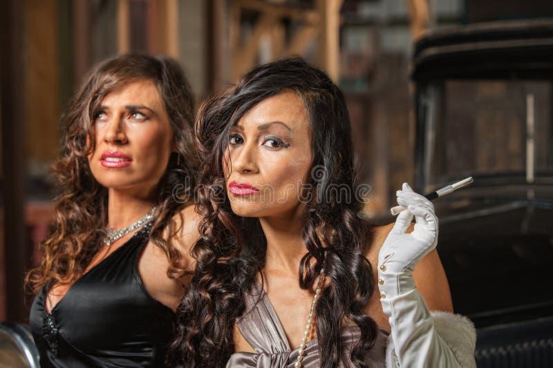 Zwei schöne Retro- Frauen stockfotos