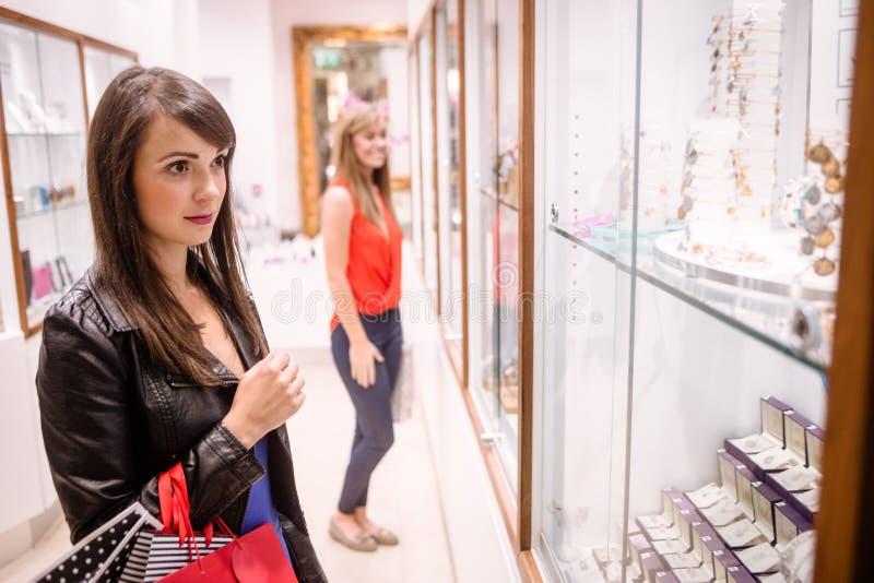 Zwei Schönheiten in einem Juweliershop stockfoto