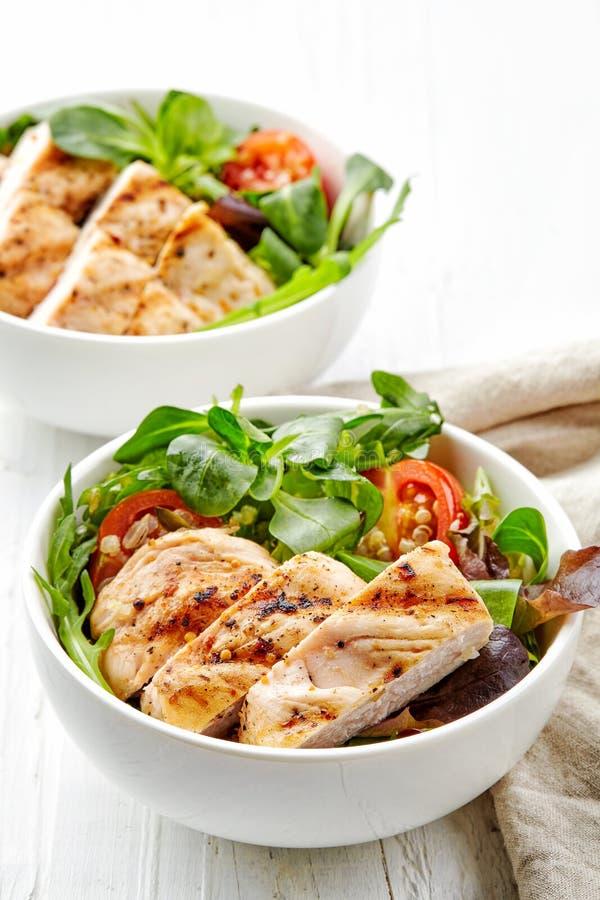 Zwei Schüsseln Salat mit Huhn lizenzfreie stockfotografie