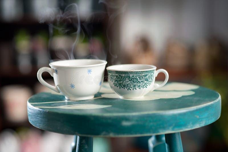 Zwei Schalen dampfiger Kaffee stockfotografie