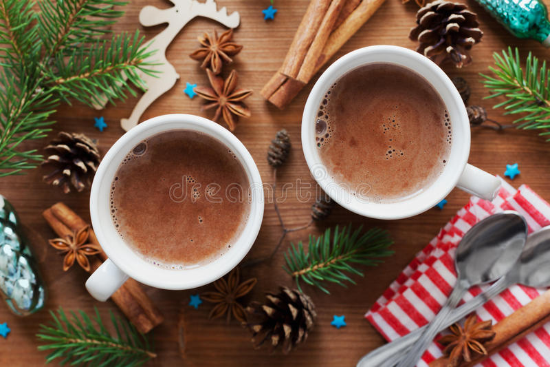 Zwei Schalen frischer heißer Kakao oder heiße Schokolade auf hölzernem Weihnachtshintergrund stockbilder