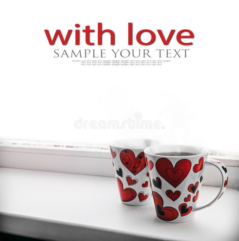 Zwei Schalen mit heißem Kaffee oder Tee zusammen mit den Herzen lokalisiert auf wh stockfotos