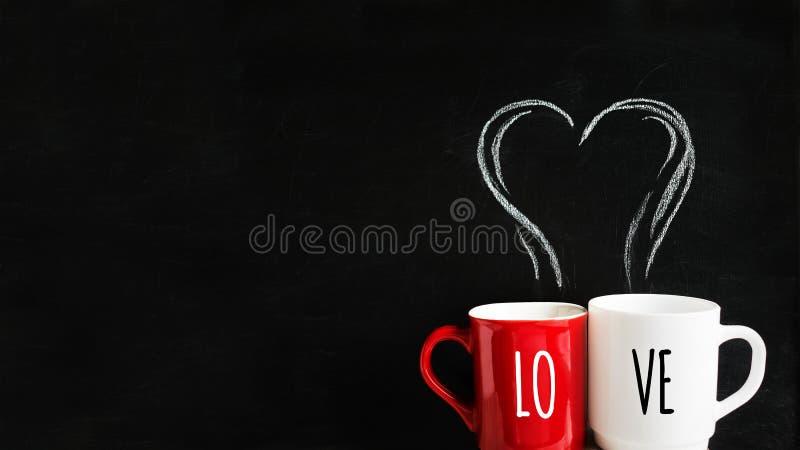 Zwei Schalen rot und weiß mit Kreide-gezeichnetem Rauche in Form eines Herzens auf der Tafel Passen Sie von den Schalen mit einem stockbild
