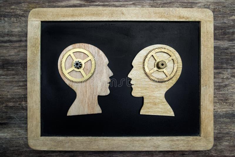 Zwei Schattenbilder des menschlichen Kopfes mit Gängen lizenzfreie stockfotografie