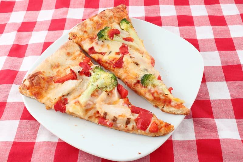 Zwei Scheiben Pizza lizenzfreie stockbilder