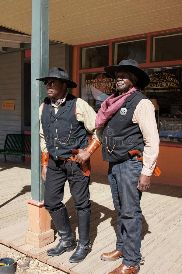 Zwei schwarze Lawmen in der Finanzanzeige Arizona stockfoto