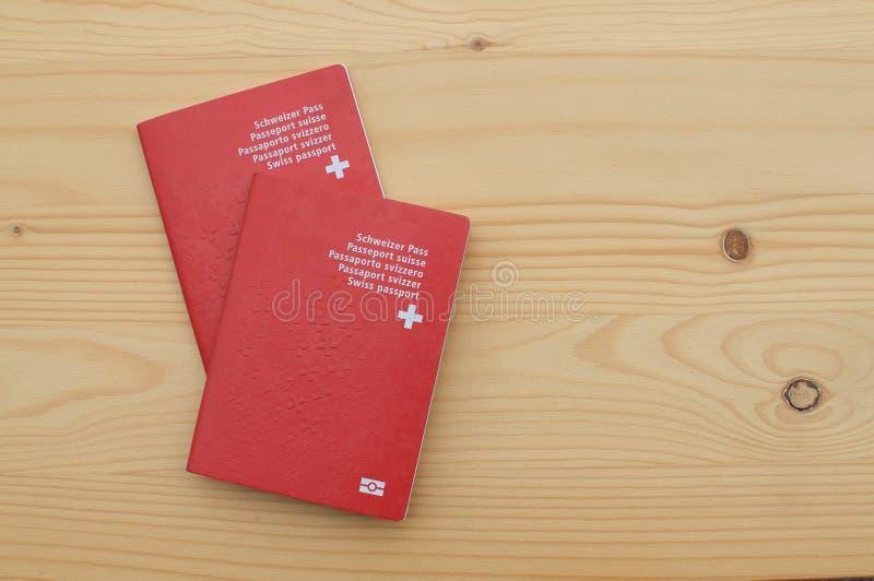 Zwei Schweizer P?sse auf einem Holztisch stockbild