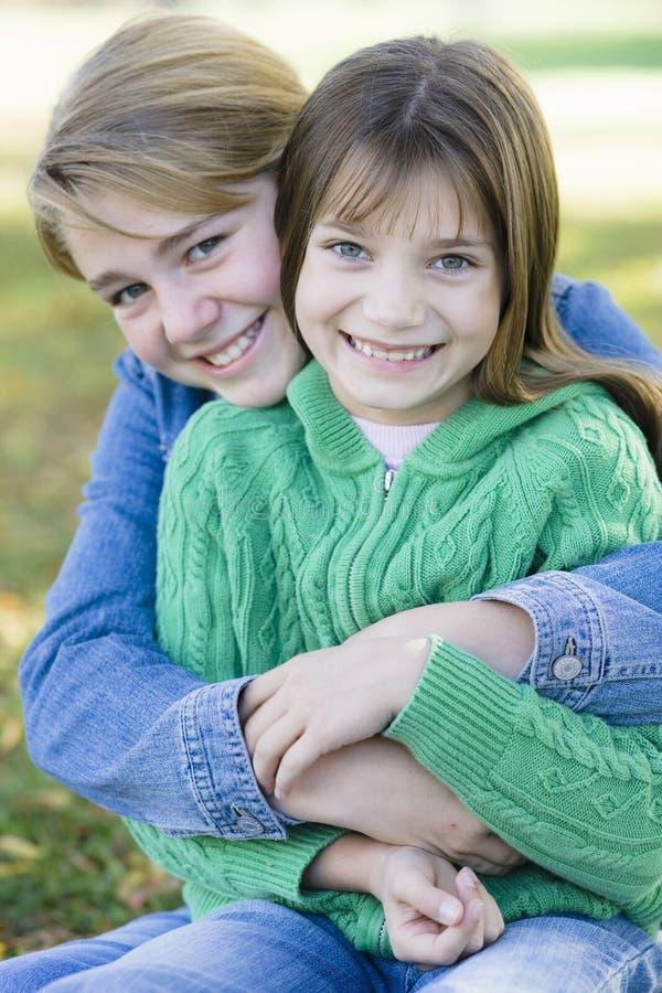 Zwei Schwestern stockbild. Bild von schwestern, zwei