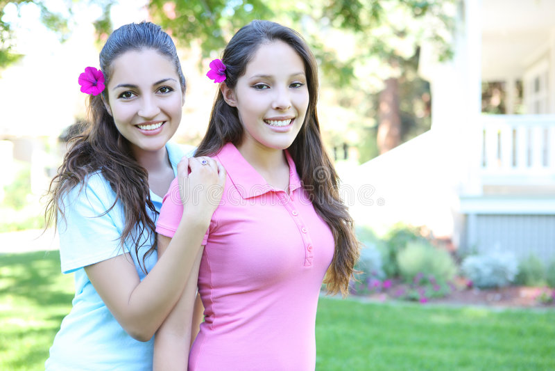 Zwei Schwestern außerhalb des Hauses stockbild