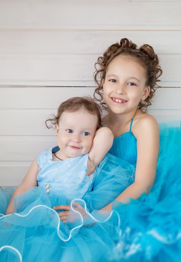 Zwei Schwestern in den blauen Kleidern stockfotos