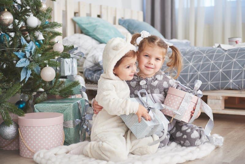 Zwei Schwestern in einem Weihnachten verzierten Studio in den Pastellfarben stockbilder
