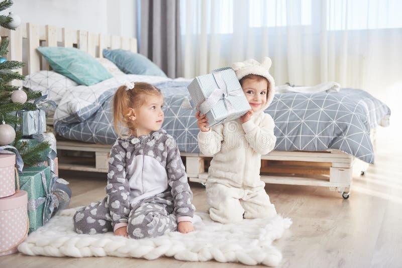 Zwei Schwestern in einem Weihnachten verzierten Studio in den Pastellfarben stockfotografie