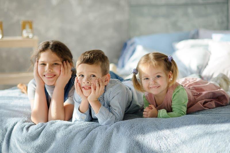 Zwei Schwestern und ein Bruder lizenzfreie stockfotos