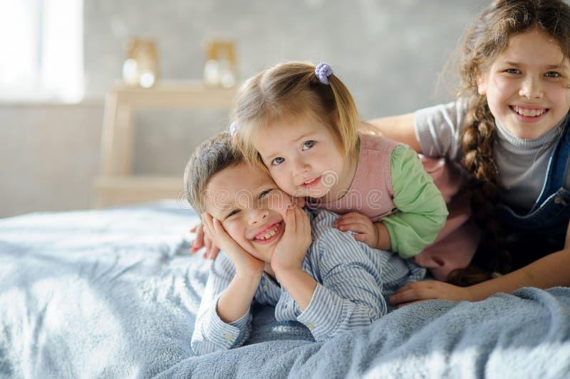 Zwei Schwestern und ein Bruder stockbilder