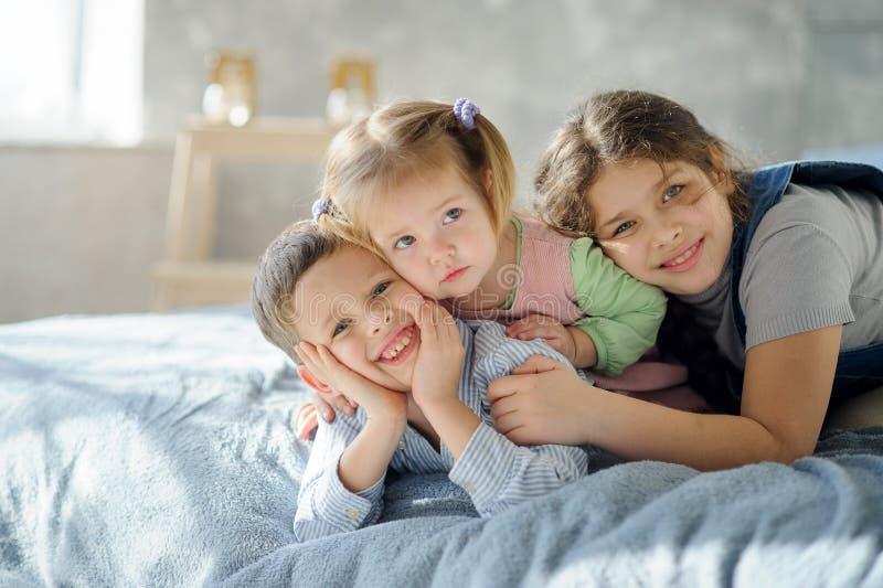 Zwei Schwestern und ein Bruder stockfotografie