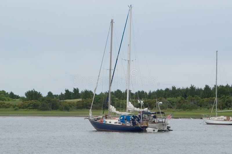 Zwei Segelboote im Hafen stockfotos