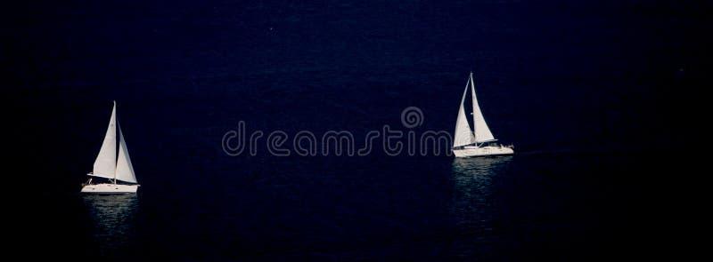 Zwei Segeln-Boote nachts lizenzfreie stockbilder