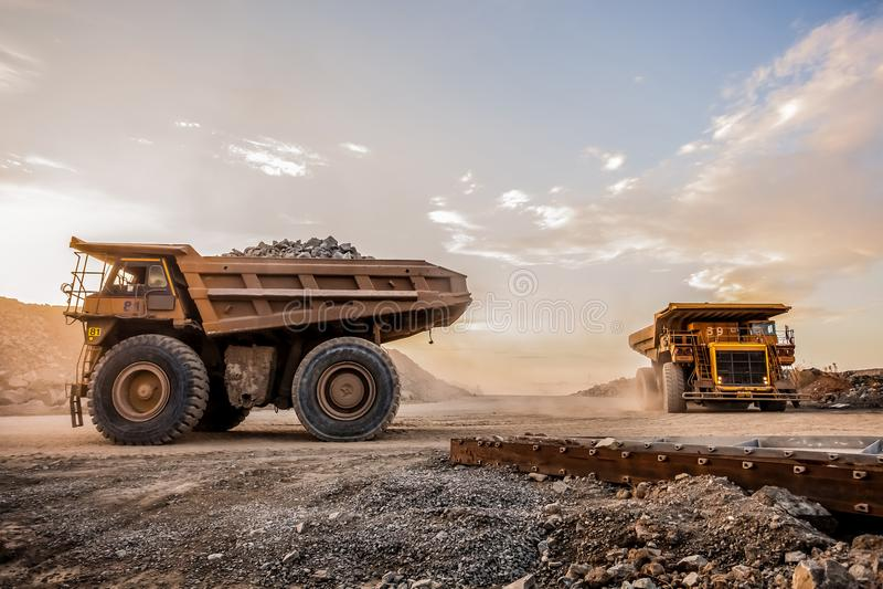 Zwei sehr große Bergbau-Kipplaster für das Transportieren des Erzes schaukelt stockbild