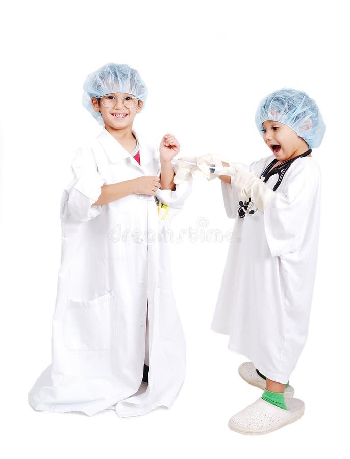 Zwei sehr nette Kinder in der weißen Krankenhauskleidung lizenzfreies stockfoto