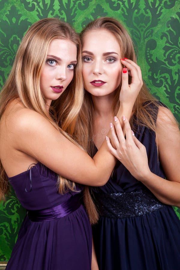Zwei sexy Frauen im grünen Retro- Weinleseinnenraum stockfoto