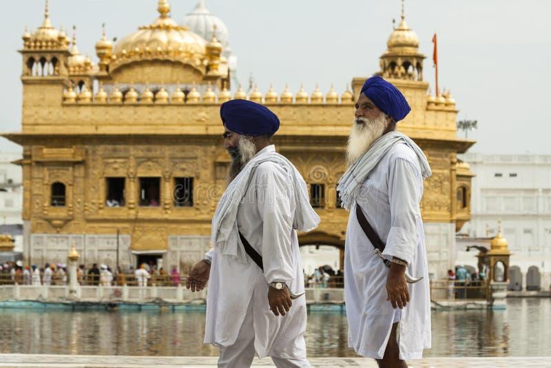Zwei Sikhs, die goldenen Tempel gehen stockbild