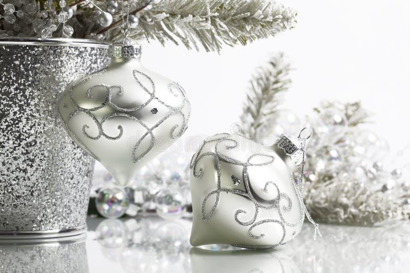 Zwei silberne Weihnachtsverzierungen lizenzfreie stockfotos