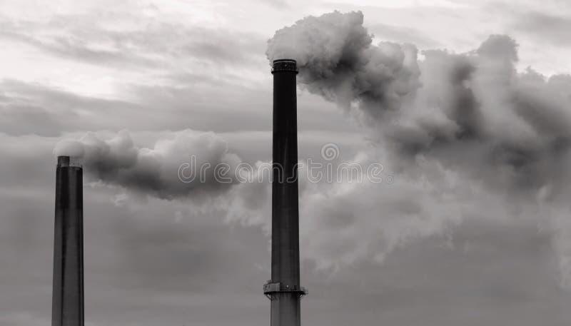 Zwei Smokestacks, die Wolken der Dämpfe türmen stockbilder