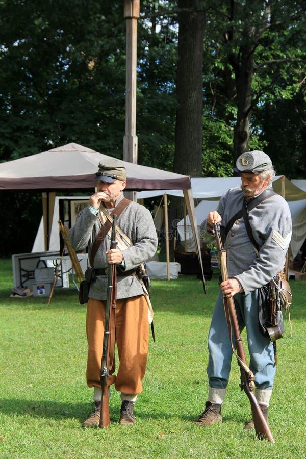 Zwei Soldaten, die Gewehre mit Munition während der Bürgerkriegwiederinkraftsetzung, Saratoga Springs, New York, Fall, 2013 füllen lizenzfreies stockfoto