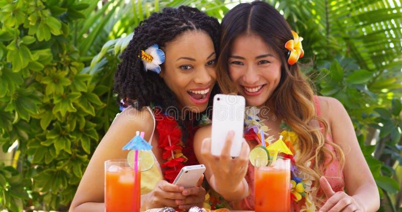 Zwei Spaßmädchen, die selfie auf tropischen Ferien nehmen stockfoto