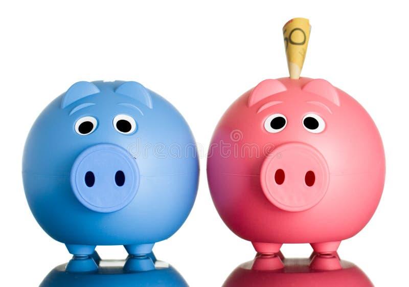 Zwei Sparschweine mit Geld in einem. lizenzfreie stockfotos