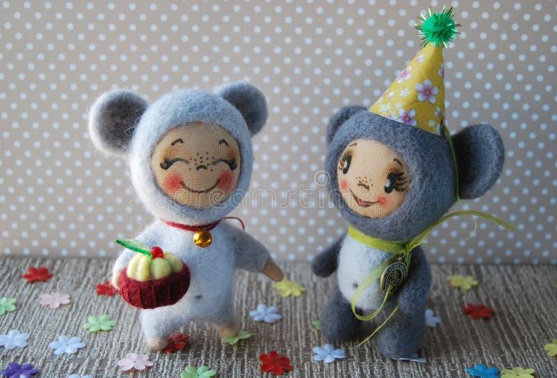 Zwei Spielzeugmäuse Eine Maus in der Haube Eine andere Maus, die eine Schale hält stockfotografie