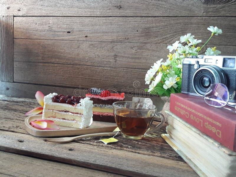 Zwei Stücke des Kuchens auf Wort stockfotografie