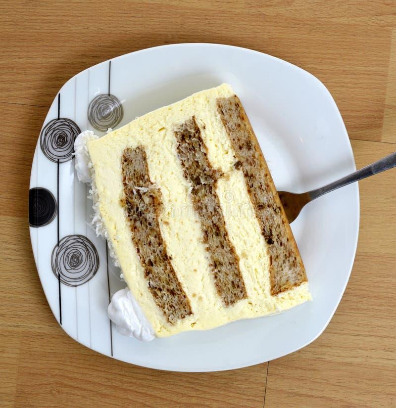 Zwei Stücke eines Kuchens und des Baklava in drei Platten auf hölzernem Hintergrund, süßes Nahrungsmittelkonzept lizenzfreie stockfotos