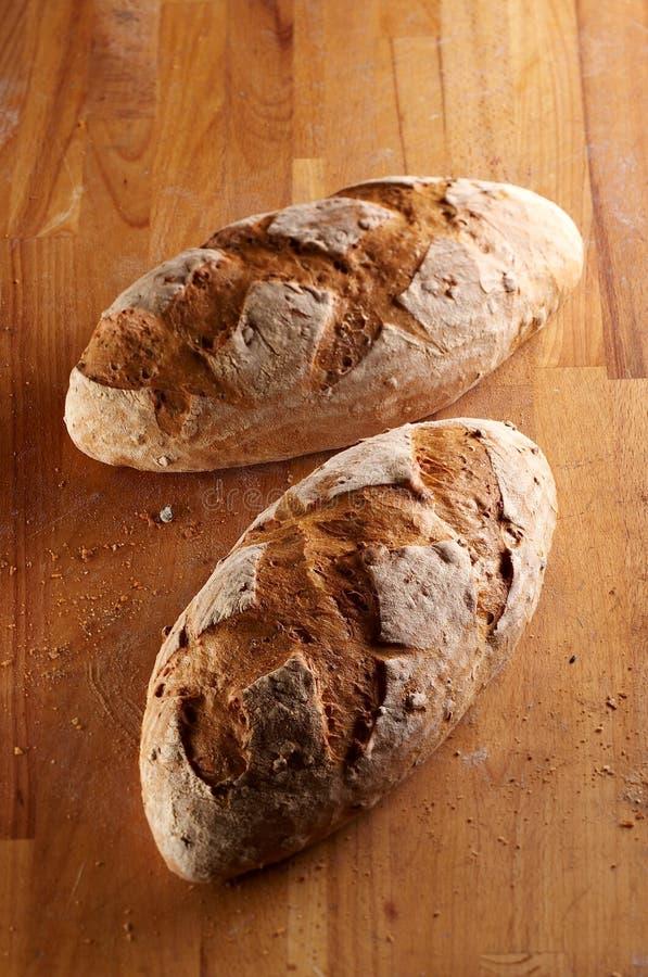 Zwei Stücke ob Brot-Laib lizenzfreie stockfotos