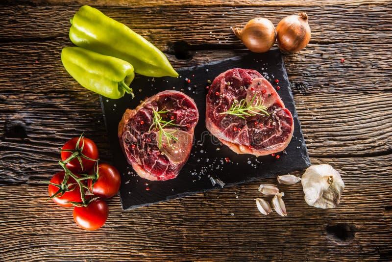 Zwei Stücke rohe Rindfleischschaft und grundlegende Bestandteile auf Gulasch - oni lizenzfreie stockfotos