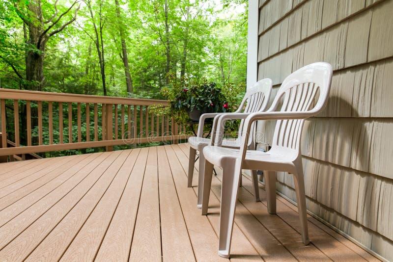 Zwei Stühle auf einer Plattform im Freien lizenzfreies stockfoto