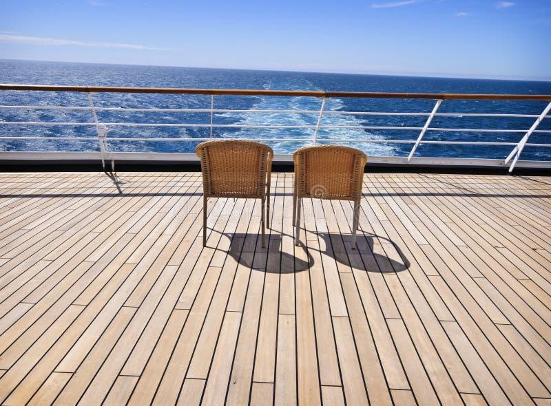 Zwei Stühle auf Plattform lizenzfreie stockbilder