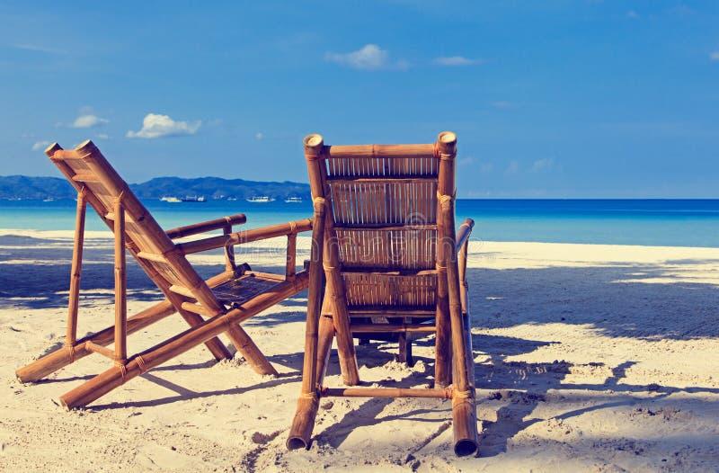 Zwei Stühle auf Sand setzen in Boracay, Philippinen auf den Strand lizenzfreie stockfotos