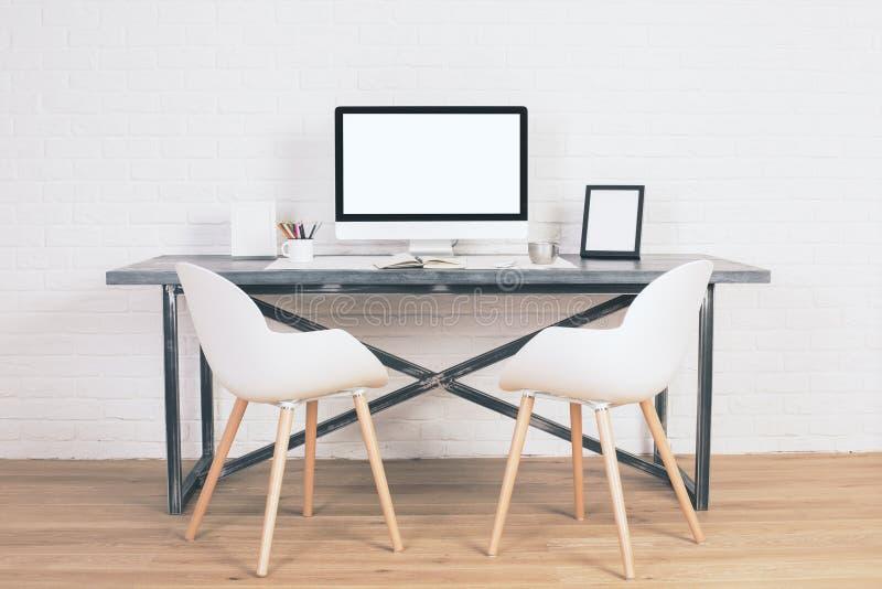 Zwei Stühle bei Tisch stockfoto