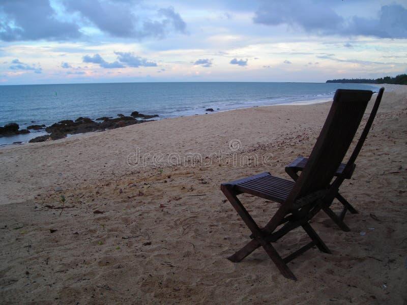 Zwei Stühle, die Strand in Desaru, Malaysia gegenüberstellen lizenzfreies stockbild