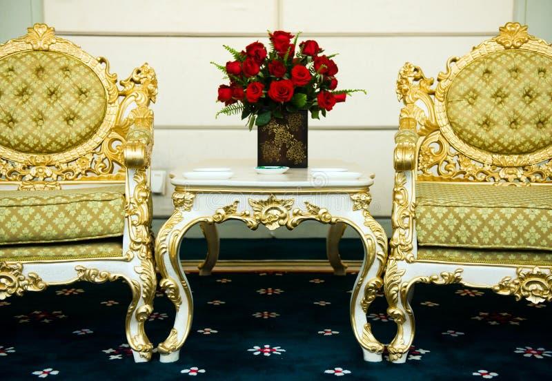 Zwei Stühle und Marmortabelle lizenzfreies stockfoto