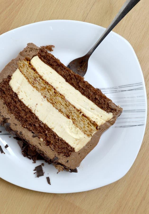 Zwei St?cke eines Kuchens und des Baklava in drei Platten auf h?lzernem Hintergrund, s??es Nahrungsmittelkonzept stockfoto