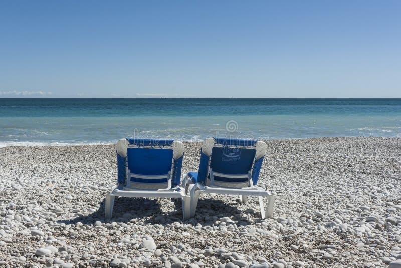 Zwei St?hle auf dem Strand lizenzfreies stockfoto