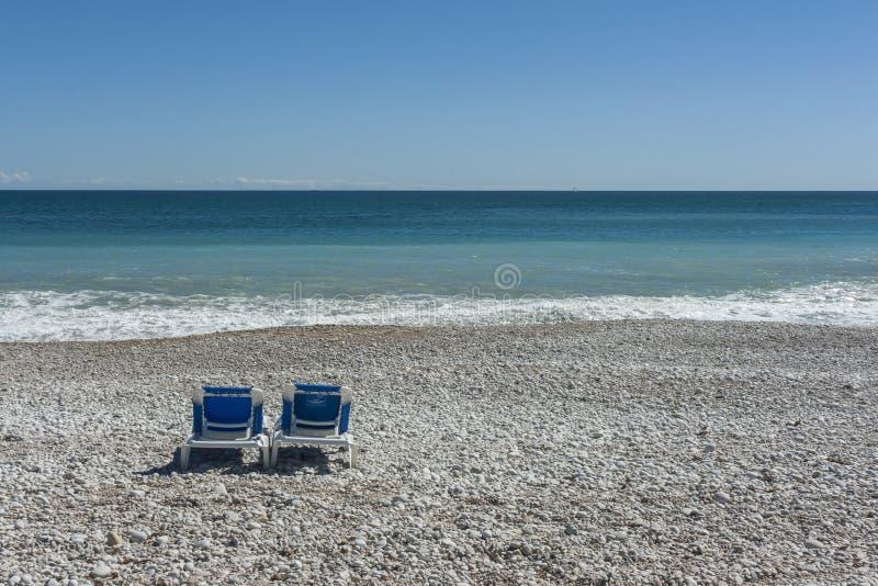 Zwei St?hle auf dem Strand stockbilder