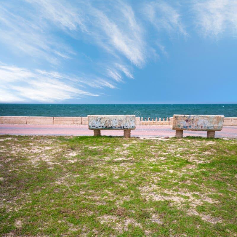 Zwei Steinbänke auf Küste des Persischen Golfs lizenzfreies stockbild