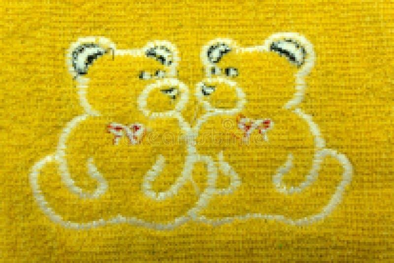 Zwei Stickereien in den dekorativen Rahmen, Zubehör für Stickerei- und Teddybär `s Spielzeug auf hölzernem Hintergrund stockfoto