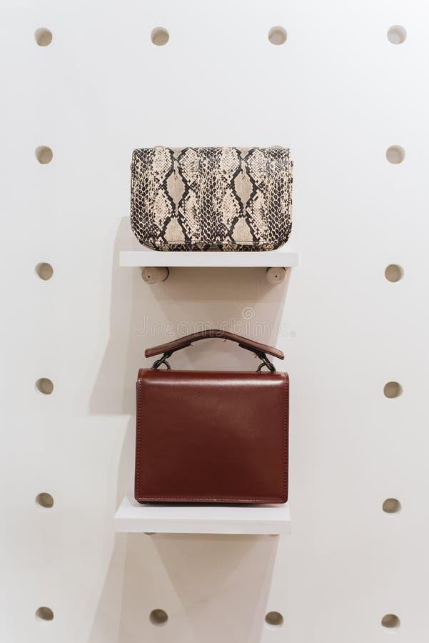 Zwei stilvolle Taschen auf einem weißen Hintergrund stockfotografie